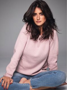 Who made Penelope Cruz's pink sweater and blue jeans? Vicky Cristina Barcelona, Penelope Cruze, Gorgeous Women, Beautiful, Spanish Actress, Kino Film, Elle Magazine, Salma Hayek, Facon