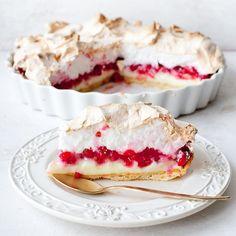 Krucha tarta z budyniem, porzeczkami i bezą 😍 Przepis: kwestiasmaku.com #tarta #porzeczki #ciasto #kwestiasmaku