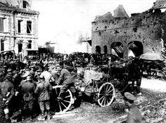 La gran batalla en el oeste (Ofensiva alemana de primavera de 1918) . Tropas alemanas se reúnen en el pueblo de Peronne. En primer plano soldados se agrupan alrededor de un carro aguatero.