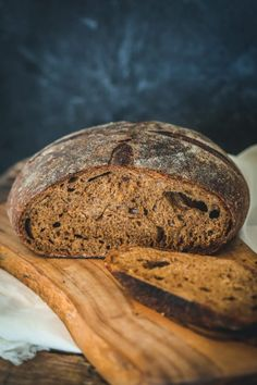 I have always loved dark pumpernickel bread. Its rich, sweet flavors have been one of my favorite breads to eat plain, or with soups, or with sandwiches. Rye Bread Recipes, Artisan Bread Recipes, Sourdough Recipes, Fermented Bread, Fermented Foods, Making Sourdough Bread, Sourdough Pizza, Bread Making, Breads