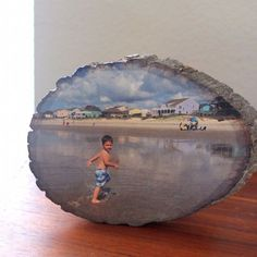 Learn how to easily transfer any photo onto a slice of wood using Silhouette temporary tattoo paper. Photo Transfer To Wood, Wood Transfer, Photo On Wood, Picture On Wood, Photo Craft, Diy Photo, Diy Projects To Try, Wood Projects, Wood Crafts
