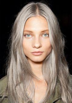 Cela donne un effet terriblement joli ! Oui mais elle a aussi un joli teint de pêche et même si cela n'a pas l'air, la fille est bien bien maquillée ! Mais le gris comme le blond cendré naturel (même si c'est de nouveau en vogue) à tendance à rendre un visage triste, donc teint terne à éviter ou alors maquillage tous les jours étudié ! Ce genre de coloration (ou il faut d'abord passer par la case décolo) ira mieux aux peaux claires qui ont tendance à rougir mais attention aussi à…