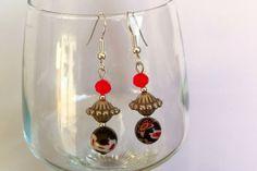 Boucles d'oreilles en acier chirurgical avec pendentifs perles lampwork rouge / noir : Boucles d'oreille par nessymatriochka