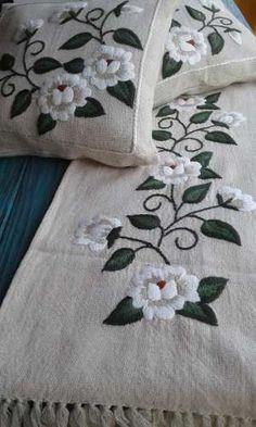 camino de mesa bordado a mano cm Embroidery Flowers Pattern, Hand Embroidery Designs, Ribbon Embroidery, Embroidery Art, Embroidery Stitches, Machine Embroidery, Mexican Embroidery, Sewing Art, Bedspread