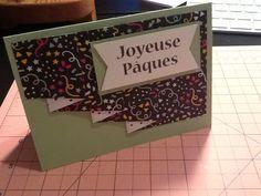 Simple mais jolie, le papier design est plié en accordéon et coupé en diagonal, ce que fait qu'on peut voir le motif derrière.