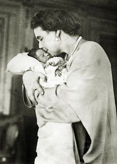 Prince Peter of Yugoslavia in the arms of his grandmother, Queen Marie of Romania. Princess Victoria, Queen Victoria, Romanian Royal Family, King Alexander, Elisabeth I, Cultura General, Princess Alexandra, Casa Real, Blue Bloods