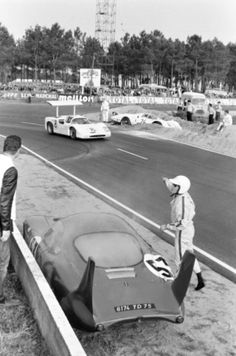 Le Mans 1967 - as N.'s Ferrari 330 goes long into Mulsanne's sandtrap, an incoming CD Peugeot spins out Sports Car Racing, Racing Team, Sport Cars, Race Cars, Auto Racing, Vintage Racing, Vintage Cars, Vintage Auto, Le Mans