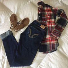 Hollister| skinny jeans Hollister dark wash skinny jeans with a little distress. The distress is minimal and is located on the front near the pockets of the jeans. They are 26W x 29L Hollister Jeans Skinny