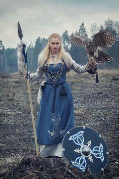 The embroidery – Norse Mythology-Vikings-Tattoo The embroidery Die Stickerei The embroidery Viking Cosplay, Viking Costume, Medieval Costume, Medieval Dress, Viking Queen, Viking Warrior, Viking Woman, Viking Life, Costume Roi