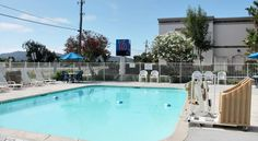 Motel 6 San Luis Obispo North San Luis Obispo This pet friendly motel in San Luis Obispo, California is 15 minutes from Avila Beach and San Luis Obispo Bay.  It features an outdoor pool and cable TV.  San Luis Obispo Motel 6 provides rooms with free local calls.  Wi-Fi is available.