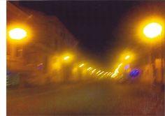 buio, colorate luci pubblicitarie al neon e continua a piovere.     Trieste