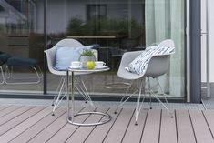 gemütlicher Platz zum Kaffee trinken in der Blauen Lagune im Trend 146 W Trends, Eames, Chair, Furniture, Home Decor, Blue Lagoon, Drinking Coffee, Porches, Decoration Home