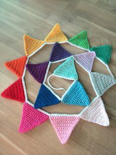 Flag line - Crochet Bunting - Regenbogen Crochet Bunting, Crochet Garland, Diy Crochet And Knitting, Crochet Decoration, Crochet Home, Crochet Stitches, Crochet Patterns, Triangle En Crochet, Yarn Bombing