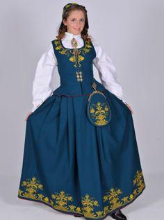 Romerike L46 | Norske Bunader  Stakk og liv: Stakk og liv blir sydd  i toskaftet bunadty. Ein kan velje mellom tofarga eller einsfarga bunad, den tofarga har raudt liv og blågrøn stakk, den einsfarga er raud, blågrøn, skarp grøn eller mørk grøn. Norwegian Clothing, Folk Costume, Ethnic Fashion, Classy Outfits, Traditional Dresses, Character Inspiration, Norway, Gowns, Elegant