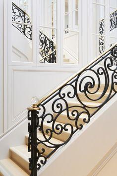 Dior u Amsterdamu Staircase Interior Design, Luxury Staircase, Balcony Railing Design, House Staircase, Window Grill Design, Staircase Railings, Home Interior Design, Casa Magnolia, Home Room Design
