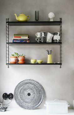 Kevät keittiössä, keltaiset astiat esille, String hylly, Fokus - tarjotin, Marimekko. Fokus - trade, Marimekko. String shelf.