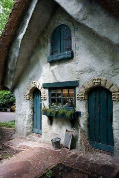 Love the faces over the doorway.