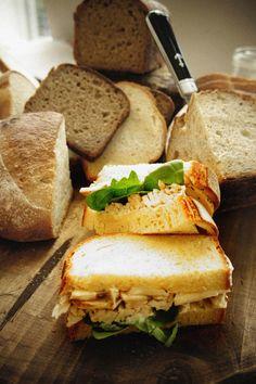 Recetas sanas en frío para llevar a la oficina. Sandwich de pollo al estilo provenzal. © Gourmetillo Food Studio.