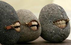 Artist:. Hirotoshi Itoh, Tokyo Japão  Ele utiliza pedras encontradas em um rio perto de sua casa, e ele cria esculturas que justapõem a forma original e dureza do material com humor surpreendente e textura.  Postado por Wael Moda.