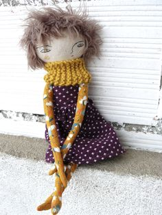 Doll in cotton and linen. 32 cm. Wool scarf