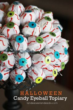 DIY Halloween Candy Eyeball Topiary Tutorial -cute for passing out candy. Spooky Halloween, Entree Halloween, Halloween Mignon, Bonbon Halloween, Halloween Eyeballs, Fete Halloween, Halloween Food For Party, Halloween Treats, Halloween Decorations