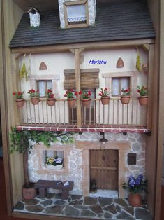Love the geraniums on the balcony! Vitrine Miniature, Miniature Rooms, Miniature Houses, Miniature Furniture, Dollhouse Furniture, Mosaic Projects, Clay Projects, Minis, Box Frame Art
