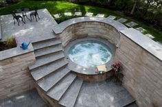 Whirlpool im Garten Ideen-Rundtreppe-Steinmauer