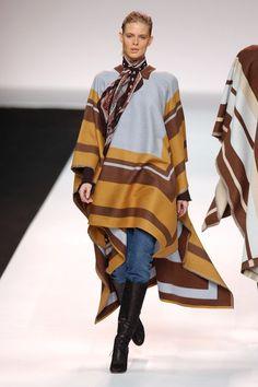 2004 La féminité effortless de Phoebe Philo, twisté de références aux Seventies et à la fraicheur britannique permettent à la maison Chloé d'augmenter ses ventes de 40% en un an, ce qui lui vaut le titre de designer de l'année aux Fashion Awards.   Crédit photo : Getty Images