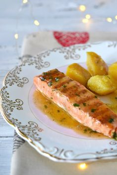 Somon cu sos de unt si lamaie Salmon Recipes, Fish Recipes, Baby Food Recipes, Cooking Recipes, Healthy Recipes, Good Food, Yummy Food, Romanian Food, 1200 Calories