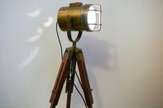 Marynistyczna lampa na drewnianym statywie, żeglarska lampa kierunkowa na stylowym statywie z drewna, dekoracja marynistyczna, prezent dla Żeglarzy i osób zakochanych w morzu, żaglach, żeglarstwie, żaglowcach i morskich opowieściach, doskonały upominek w żeglarskim stylu, element morskiego wystroju wnętrz, nobilitujący marynistyczny styl  http://sklep.marynistyka.org/  http://sklep.marynistyka.org/lampy-zeglarskie-c-8.html