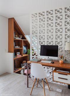 Cobogós, escrivaninha de madeira e cadeira Eames.