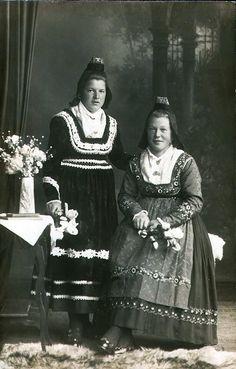 Zwei Schwestern aus Dilschhausen in Marburger Tracht, 1920er Jahre #Marburg #evangelisch