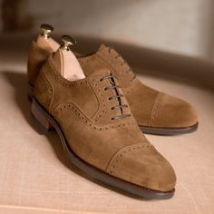 Carmina shoemaker — Discover our snuff suede oxfords at Carmina. Mens Shoes Boots, Shoe Boots, Hot Shoes, Men's Shoes, Modern Men Street Style, Gentleman Shoes, Gentleman Style, Derby, Fashion Shoes