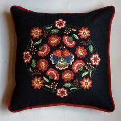 Liten Blomsterfrossa svart, materialsats via Svensk Hemsl�jd. Click on the image to see more!