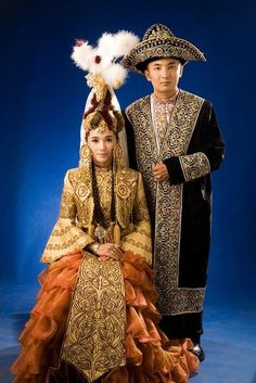 Kazakh traditional wedding costumes ~ Kazakh or Khazak are a Turkic people who mainly inhabit the northern parts of Central Asia. Kazakh identity is of medieval origin. Traditional Fashion, Traditional Wedding, Traditional Dresses, Costume Tribal, Folk Costume, Folklore, Costume Ethnique, Indonesian Wedding, Costumes Around The World