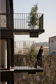 36 social housing units and medical centre 'Tenine', Pantin - Pantin - Hamonic + Masson & Associés Balcony Railing Design, Stair Handrail, House Deck, Social Housing, Facade, Stairs, Construction, House Design, Balconies