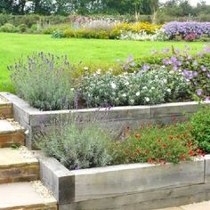 Gardening Autumn - inexpensive but really effective- sleeper construction raised garden beds - With the arrival of rains and falling temperatures autumn is a perfect opportunity to make new plantations Sleepers In Garden, Raised Garden Beds, Raised Patio, Raised Planter, Raised Beds Sleepers, Plants For Raised Beds, Raised Flower Beds, Tiered Garden, Sloped Garden