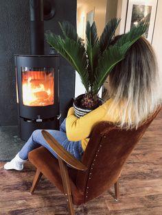 Visste du at plantene dine elsker selskap? 🌱 Heldigvis kan du ansette andre planter til å ta seg av jobben, selv om kvalitetstiden med denne konglepalmen var svært...   #grønneplanter #plante #hjem Wingback Chair, Accent Chairs, Furniture, Instagram, Home Decor, Upholstered Chairs, Decoration Home, Room Decor, Wing Chairs