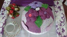 Cobre bolo Lilás e roso, flores e corações.