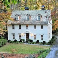 """old ranch house design 21 > Fieltro.Net""""> 45 Old Ranch House Design > Fieltro. Colonial House Exteriors, Colonial Exterior, Exterior Design, Colonial House Plans, Saltbox Houses, Old Houses, White Paint House, The Ranch, House Painting"""