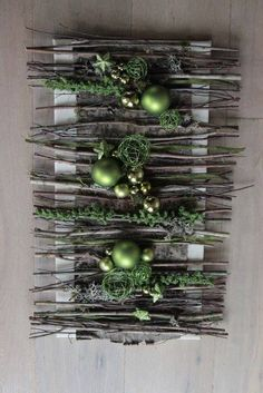 An interesting idea for Christmas wall decoration ~ Christmas Flowers, Natural Christmas, Rustic Christmas, All Things Christmas, Vintage Christmas, Christmas Holidays, Christmas Wreaths, Christmas Ornaments, Art Floral Noel