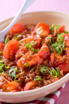 「豆腐をトマトに変えてもバッチリ!  マーボートマト」おかずとしてもご飯の上に乗せて丼にしてもおいしいです。辛いのが苦手な人は、豆板醤やラー油を抜いてみてくださいね。【楽天レシピ】