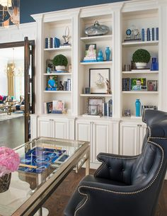 It's safe to say these homeowners are not afraid of color or pattern! The incredible home was designed by Shay Geyer of IBB Design Fine Furnishings, a full-service interior design firm and fi… Home Office Space, Home Office Decor, Home Decor, Office Ideas, Built In Shelves, Built Ins, Ibb Design, Bookcase Styling, House Of Turquoise