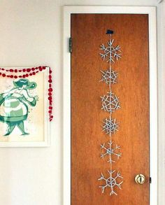 Add a little sparkle to your mantle this Christmas when you make this DIY holiday garland. This Christmas snowflake craft is made with pipe cleaners. Diy Christmas Garland, Snowflake Garland, Snowflake Craft, Christmas Door Decorations, Easy Christmas Crafts, Diy Garland, Christmas Snowflakes, Diy Snowflakes, Christmas Christmas