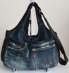 単行本「捨てずにリメイク」より 作り方17ページ Diy Jeans, Sewing Jeans, Artisanats Denim, Denim Purse, Jeans Recycling, Jean Diy, Moda Jeans, Jean Purses, Denim Handbags