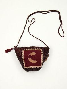 capacito mimbre color marrón chocolate con inicial enmarcada en antelina granate