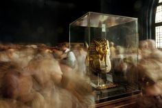 unrar: Tourists visit King Tuts funerary mask in Cairos...