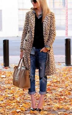 Fall / Winter - street chic style - leopard print coat + black v-neck sweater + chambray shirt + distressed denim boyfriend jeans + black stilettos + brown handbag + aviators Mode Outfits, Fall Outfits, Casual Autumn Outfits Women, Casual Outfits, Preppy Dresses, Denim Outfits, Grunge Outfits, Look Fashion, Winter Fashion