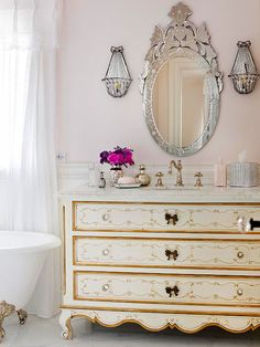 This feminine bathroom uses vintage pieces to bring in a country French flavor. More country French decorating ideas: design and decoration French Country Bedrooms, French Country Style, Country Bathrooms, Chic Bathrooms, French Decor, French Country Decorating, Cottage Decorating, Feminine Bathroom, Baños Shabby Chic