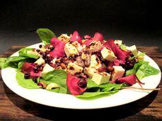 Tinskun keittiössä: Herkullinen salaatti leipäjuustosta, granaattiomenasta ja paahdetuista pähkinöistä Cobb Salad, Food, Essen, Meals, Yemek, Eten